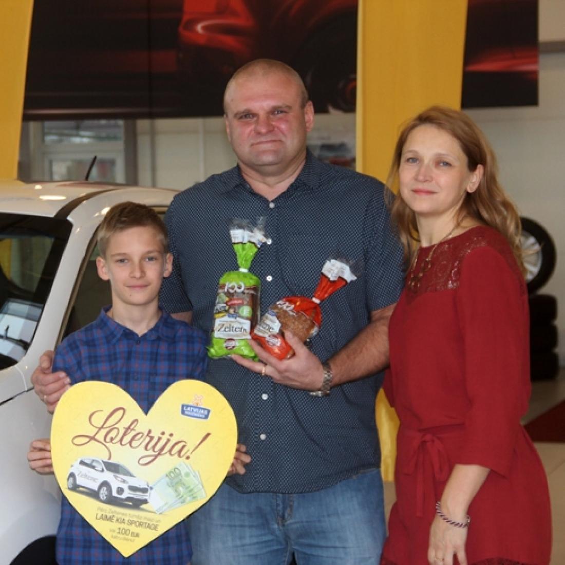 Zeltenes loterijā jaunu automašīnu KIA Sportage laimējis rīdzinieks Armands Ādamsons